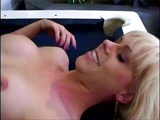 Ragazza con riccioli lilla film porno con massaggi scopa con il dito