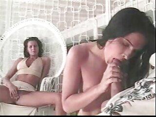 Modello film massaggi porno nudo passeggiate lungo la spiaggia di sabbia