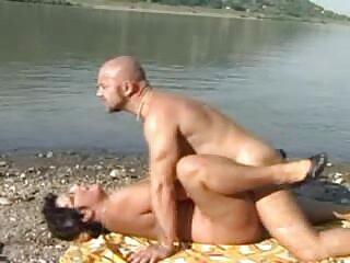 Brunetta masturba massaggi italiani porno vibratore in pelle sedia