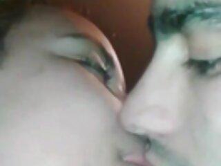 Giocoso ragazza massaggio erotico porno bagna e flirta con il marito