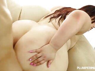 Una ragazza con un bavaglio in massaggi ose bocca si masturba con un vibratore