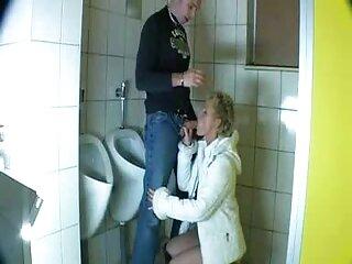 Bruna fuma un sigaro massaggi erotici video porno e gioca con un Swee