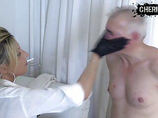 Mulatto massaggi porno orientali con i capelli bianchi scopa con gli uomini in giacca e cravatta