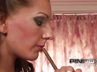 Due belle brune massaggi ard masturbarsi sulle scale di casa