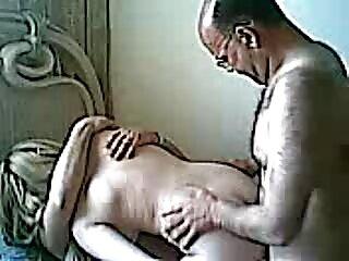 Fumoso gay cannucce dal pene massaggiatori hard sdraiato sul divano