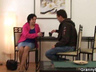 Una ragazza divertente con un pene sessualmente in posa in una gonna video massaggi cinesi hard corta e scuotendo il cazzo