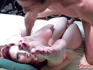 Bambino masturba massaggi erotici italiani su morbido divano